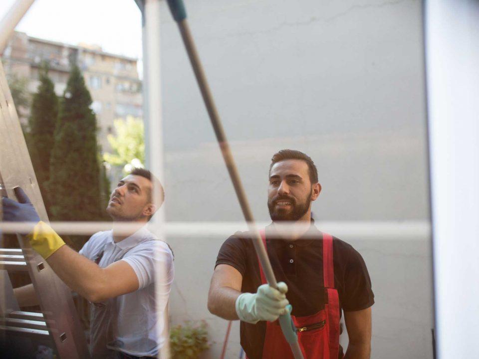 Fassade wird von zwei Männern geputzt