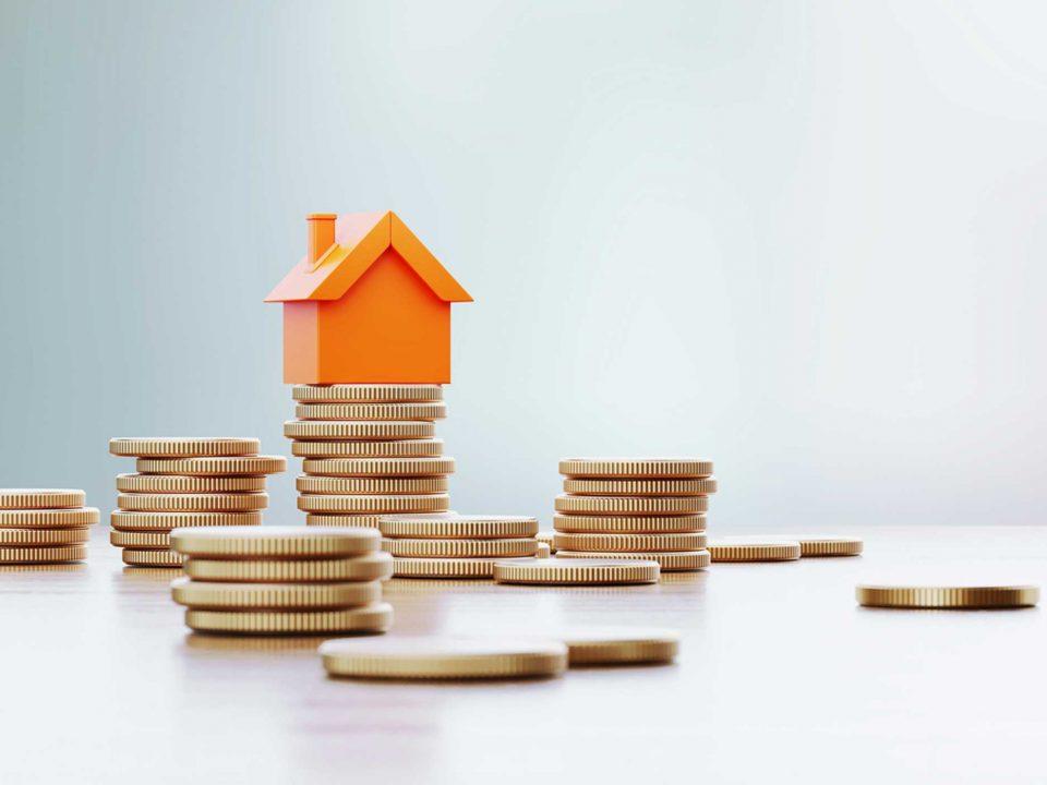 Münzen und Miniaturhaus